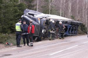 En lastbil lastad med virke välte på väg 583 vid Axmar på onsdagsförmiddagen.