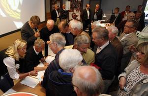 Brynäs årsmöte 2008. Totalt röstkaos utbryter på grund av ett kuppförsök. När den slutna omröstningen äntligen är över har kuppen misslyckats och Bo Bylund blivit ny ordförande.
