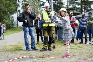 Sexåriga Nora Sjöström från Umeå provade att kasta en startmotor.