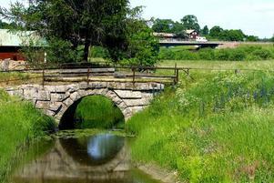 """Enligt sägnen var det här, vid den gamla stenbron över Syltbäcken, som dansken """"syltades ned""""."""