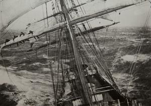 Segel bärgas i storm på den engelska barken Garthsnaid.  Bilden är tagen av andre styrman Alexander Harper Turner 1920. (Ur Rospiggen 2014)