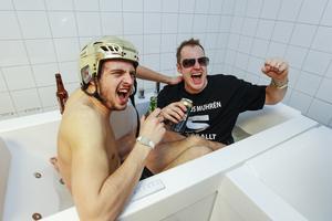 Mars 2014. Abbe Bodin badar med Magnus Muhrén efter att ha slagit VSK med 5–4 i SM-finalen på Friends Arena.