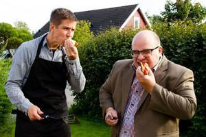 Anders Ringfelter och Lars Gustafsson grillar, eftersom det är det pappigaste man kan göra.