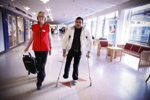 För Mohammed Motaser, som bara bott i Sverige i två och en halv månad, är det inte lätt att hitta på Östersunds sjukhus. Han tycker att det är bra att Renate Hilleberg kan hjälpa honom att hitta rätt.