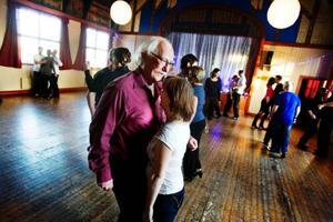 Sven Eriksson från Sollefteå började dansa tango av en slump. Han lärde känna en man, som tvingats fly från land till land, var nära att blev avrättad, för att till slut hamna på samma arbetsplats som Svens fru. På den vägen är det.