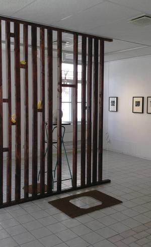 Nina Svensson har skapat en installation över en fiktiv entré hos ett företag med konstförening i Galleri Se Konst.
