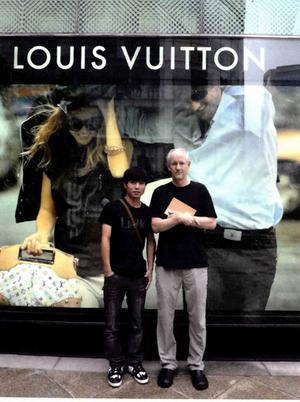 Korrespondenten Blaine Harden gjorde intervjuer med Shin i Sydkorea och i USA. På den här bilden står Shin och Blaine Harden framför en Louis Vuitton-butik i Seoul.