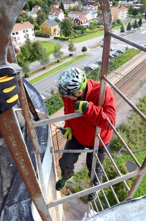 Bengt Brandel är i färd med att ta sig ner för den 30 meter långa väggen men vill helst inte titta ner.