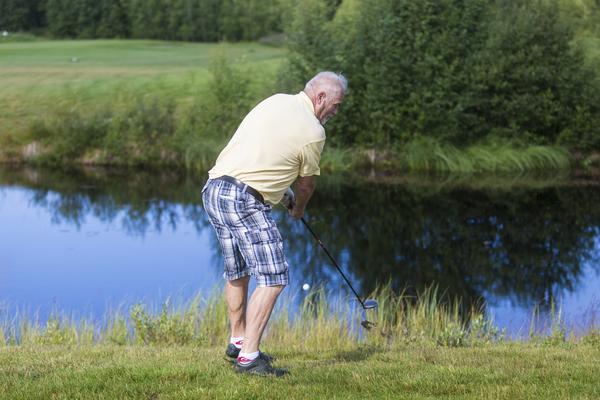 John Carlsson hamnade i buskaget med det hindrade inte honom från att slå ut bollen på banan igen.