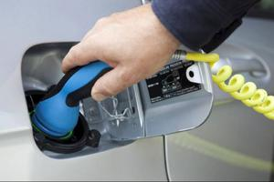 Anslutningskontakten är redan standardiserad. Alla biltillverkare har kommit överens om att använda likadan teknik för sladdar och kontakter. Detta för att underlätta utbyggnaden av allmänna laddningsstationer.Foto: Daimler