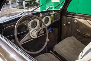 Kristofer lägger ner många timmar på sina bilar, inte minst den här bubblan från 1950 med en interiör som andas charm.