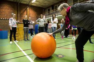 Ingegerd Grenfeldt är framme och inspekterar bollen när Bjursås gymnastikledare leker