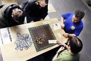 Markus Hedblom, Adam Lundström, Peter Engström och Magnus Leander provade på att spela sällskapsspelet