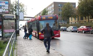 Buss 748 plockar upp passagerare på Nygatan.