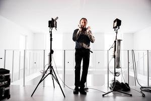 Konstnären Jörgen Nilsson i sin nya ateljé i Örnsköldsvik. Sedan årsskiftet tillbringar han sina arbetsdagar här.