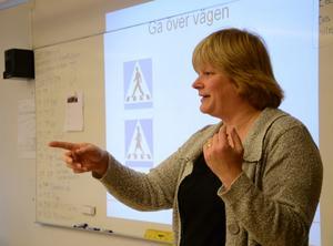 Lärorikt. Ann-Helen Alsätra från NTF besökte Klockarhagsskolan för att öka kunskapen om trafikregler bland elever på mellanstadiet.