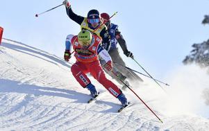 Erik Mobärg smyger bakom Armin Niderer men passerar sedan och vinner heatet