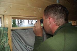 Björnarna rör sig alldeles utanför ditt gömställe, där du bor under 24 timmar. Härifrån kan du följa deras liv.