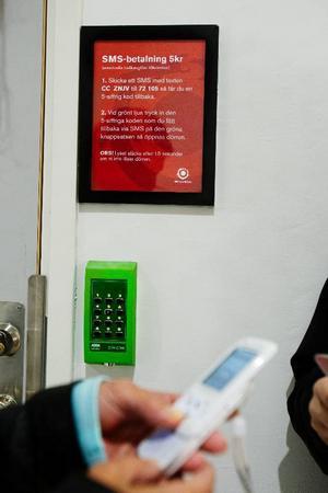 Denna beskrivning möter kunderna i Mittpunkten som är behov av en toalett. Följ beskrivningen och dörren kommer att öppnas med hjälp av en pinkod. Kostnaden debiteras din telefon.