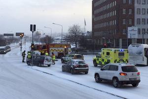 En trafikolycka med två bilar inträffade i korsningen Köpmangatan/Parkgatan på torsdagsförmiddagen.
