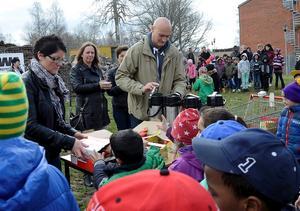 Bostadsbolaget bjöd alla barn och personal på fika efter det historiska första spadtaget.
