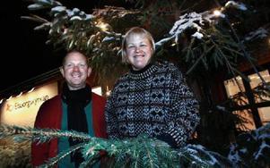 Daniel Zetterström och Anna-Karin Söderberg ingår i en grupp församlingsmedlemmar som håller dörren öppen till Elsborgskyrkan på julafton. -- Alla är välkomna, betonar de. FOTO: STAFFAN BJÖRKLUND
