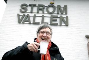 """GEFLE IF:S EGEN KAFFEBÖNA. Med städningen efteråt blir det åtta timmars oavlönat arbete varje match för                                        Gun Britt Sjödin. """"Jag brukar vara färdig med kaffekokningen när matchen börjar, så då sätter jag mig på läktaren och tittar"""", säger Gun Britt som inte går någonstans utan GIF-nålen på jackan. När säsongen                         är slut muntrar klubben upp sina trotjänare med en Ålandsresa."""