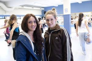 Victoria Nordgren och Emmy Flander är två av de instruktörer som håller i dansgrupperna.