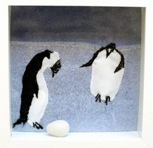 Pingviner som försöker hålla reda på ett ägg.