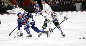 Johan Esplund i duell med Oskar Olsson – räkna med att de gamla antagonisterna kommer att krascha ihop fler gånger.
