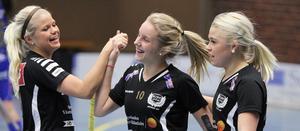 Josefin Zakrisson grattas av Lina Kesti och Frida Lindgren efter Köpings första mål.