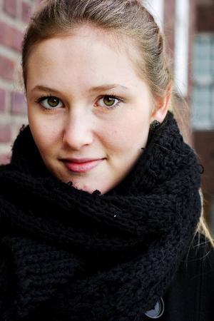 """Amanda Sahlin finns den 19 september med på moderaternas valsedel till kommunfullmäktige och tror själv att det är bra med en åldermässig blandning i kommunpolitiken. """"Det behövs idéer från båda sidorna"""", säger hon.Foto: Ulrika Andersson"""