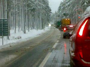Bilköerna ringlar sig långa vid olycksplatsen på väg 51.