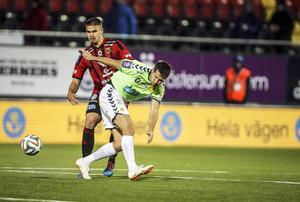 Douglas Bergqvist älskar det fysiska spelet, något han visade upp mot Gais. ÖFK-backen var mycket bra.