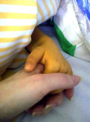 Det är en stor kontrast mellan Tindras lilla gula hand och Jennys vuxna friska hand. Dagarna består av en väntan på att en donator dyker upp som kan ge Tindra livet tillbaka.
