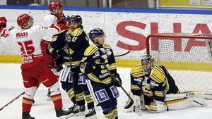 Mattias Åkesson i Troja/Ljungby jublar vid 1-1. Tobias Björklund, Fredric Weigel och Alexander Sahlin är mindre nöjda. Sahlin var SSK:s klart bäste spelare i matchen, som slutade 1-2 efter förlängning.