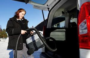 Serviceledaren Ylva Öhrling lastar dammsugaren Brunte för att göra fredagsstädning hos en familj i Granloholm.