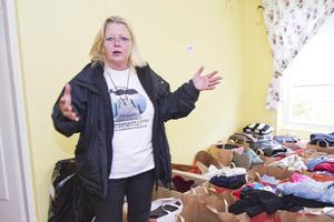 färdigsorterat. Kirsti Aaltonen, Nya perspektiv i livet, visar hur de färdiga klädpaketen ser ut. Foto: Maja Tengnér