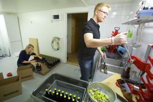Etiketterna som pryder flaskorna är designade av Idas svägerska, grafiska formgivaren Maria Stenvall som är verksam i Falun.