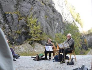 Roade publiken. Musikanterna Thomas Lundkvist och Fred Lane spelade och sjöng på temat gruvor och arbete.