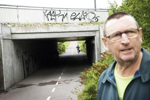 Värst i stan. Cykel- och gångtunneln under Röda Vägen har den värsta växtligheten i stan tycker Birger Eriksson. Foto:Stina Rapp