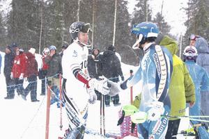 Alpsvängens segrare Emil Johansson, gratuleras av lördagens vinnare Max-Gordon Sundquist.