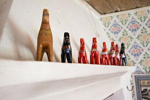 Här är delar av dalahästsamlingen. På väggarna finns även bilder av familjens hästar. En fjording som heter Muskot och en islandshäst som heter Gardar som ska flytta till Värnan så snart hagarna dränerats.
