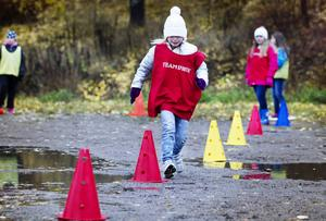 Den röda spelpjäsen, Lina Nilsson i klass tre flyttar sig efter det antal prickar som tärningarna visar.