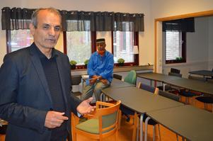 Modersmålslärararna Josef Erdem och Muhamed Huseein Ali är minst sagt missnöjda med sin arbetssituation.