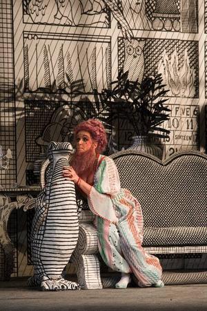 Tablåteater. Marianne Eklöf spelar den skäggiga turkiskan Baba i nationalscenens eleganta uppsättning av Igor Stravinskijs Rucklarens väg.