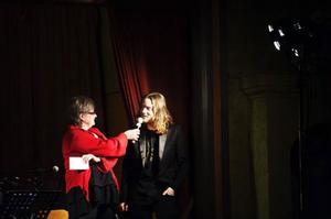Rigmor Wassberg får äntligen dela ut Allan Edwalls stipendium till Simon Sjöstedt.
