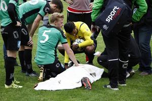 Tråkiga scener utspelade sig några minuter in på den andra halvleken när Torsåkers unge back Rickard Eriksson skadade sig en duell och blev liggande länge på planen innan ambulansen kom.