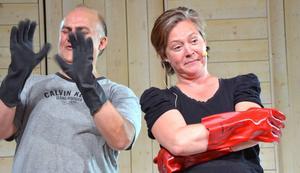 Iförda groteska handskar utför vårdpersonalen i operan medicinskt finlir. Här agerar Göran Eliasson och Lisa Gustafsson.