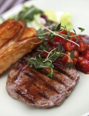 Grillad entrecote med kall paprikasås är en favorit under sommaren. Gärna med grov country frites från egen spis som tillbehör.